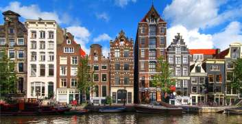 Amsterdam kanallarından şehre bakış